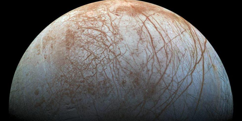 Die Oberfläche des Jupitermondes Europa wird von energiereichen Teilchen geradezu bombardiert. Foto:  NASA/JPL-Caltech/SETI Institute