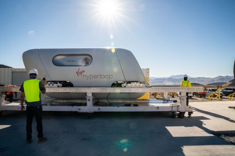 Ordner vor dem Hyperloop