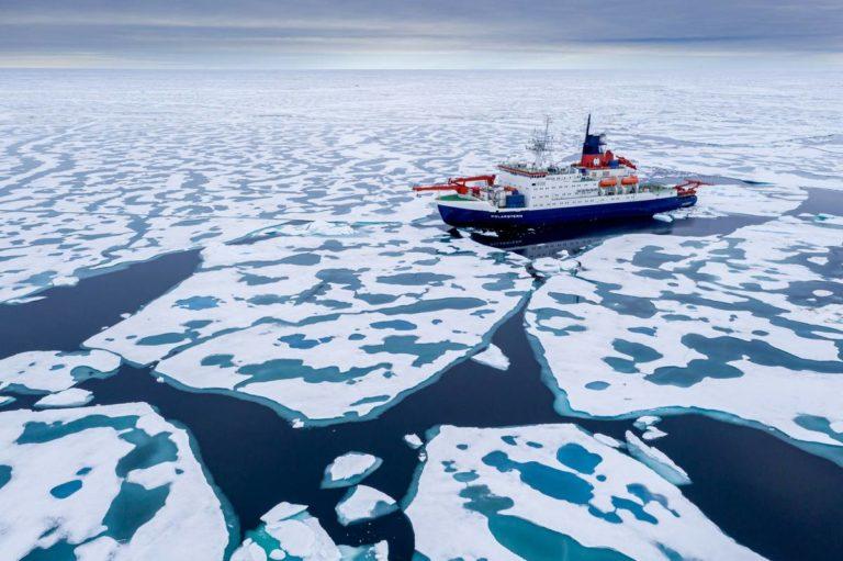 Die Polarstern kurz vor dem Nordpol. Foto: Alfred-Wegener-Institut / Steffen Graupner