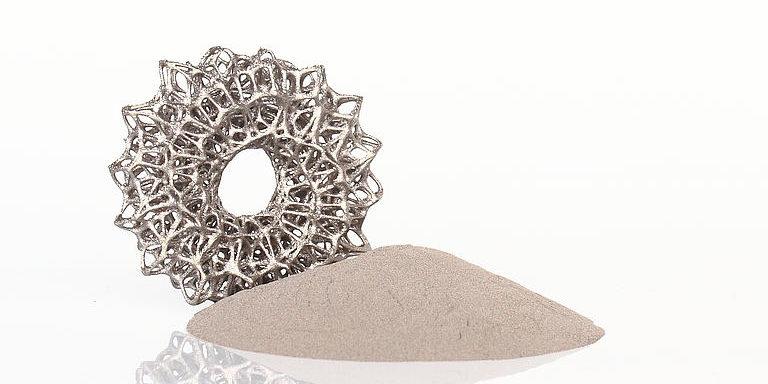 Altana stellt sich im Bereich metallischer 3D-Druck neu auf. Im Bild das A20X-Pulver für industrielle Anwendungen. Foto: Altana