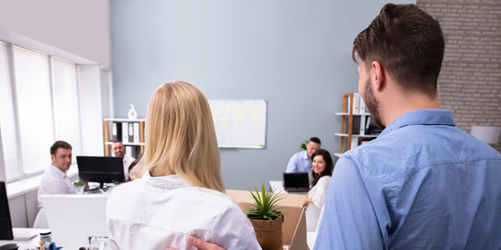 Mann stellt neue Kollegin im Büro vor