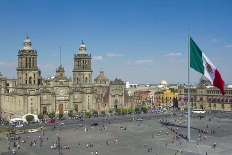 Der zocalo in mexiko-stadt mit der kathedrale und der riesigen fahne im zentrum