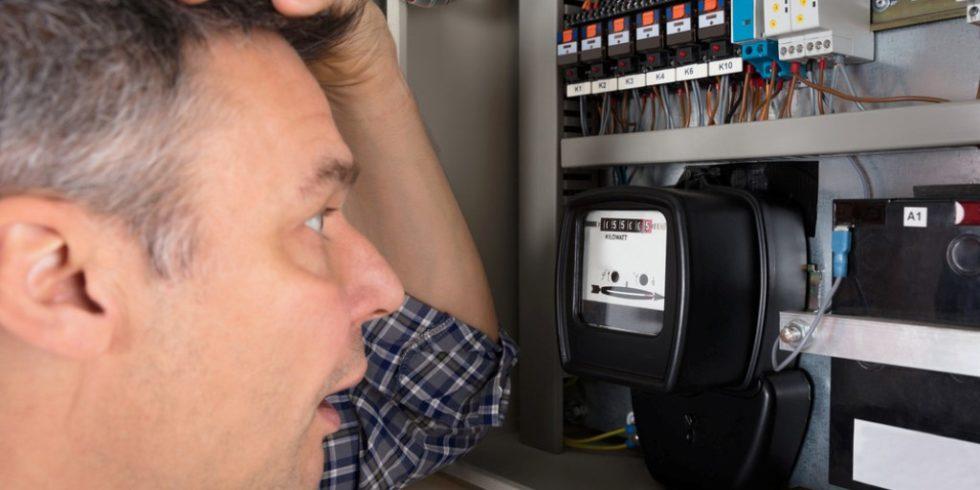 Keine böse Überraschung mehr beim Blick auf den Stromzähler: Durch die flächendeckende Einführung von Smart Metern können Stromverbrauche tagesaktuell abgelesen werden. Foto: panthermedia.net/AndreyPopov