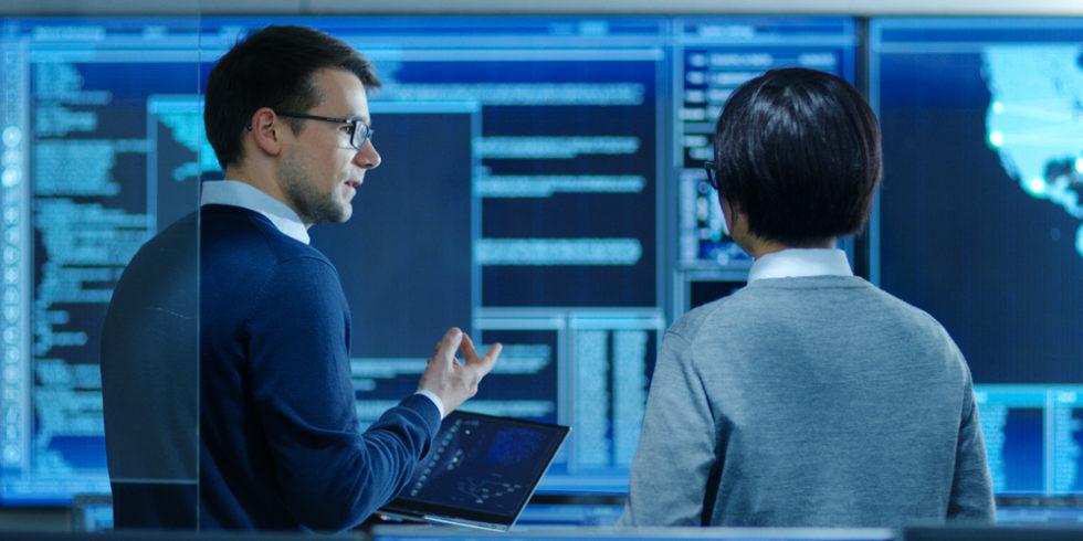 Zwei Männer vor Daten Maschinen