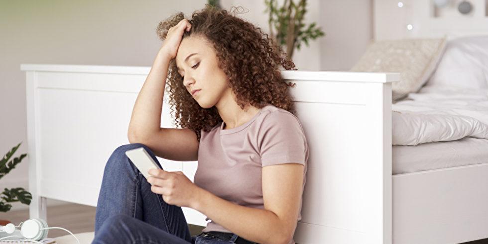 Mädchen jugend jugendliche technologie sitzen botschaft text startseite