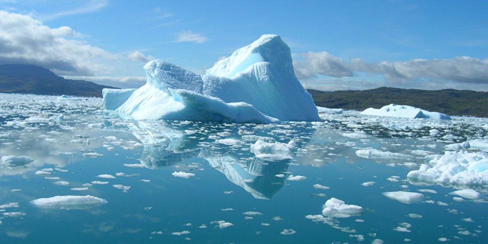 Schmelzende Eisberge an der grönländischen Küste an einem schönen Sommertag.
