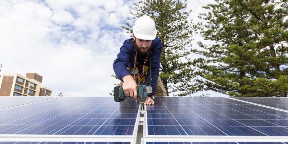 Private Anlagen zur Energieerzeugung mit Netzanbindung - wie etwa Photovoltaikanlagen - müssen seit 2019 im Marktstammdatenregister der Bundesnetzagentur registriert werden. Foto: panthermedia.net/zstockphotos