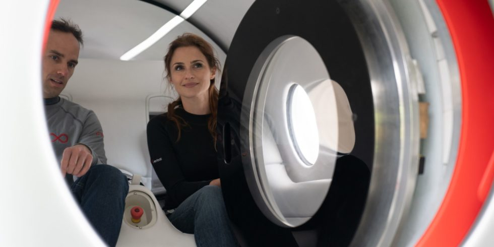 Passagiere im Virgin Hyperloop