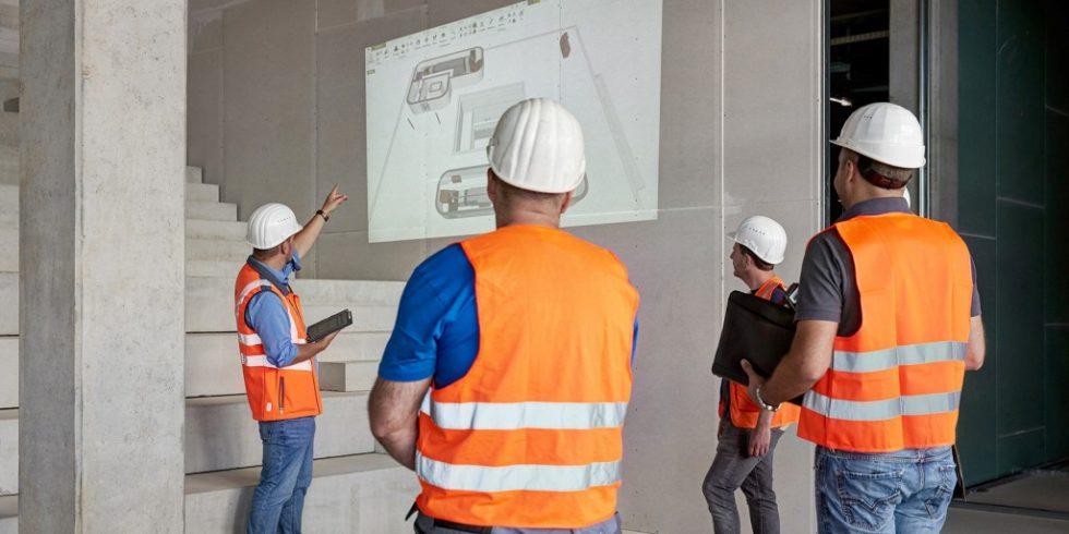 Bei Baubesprechungen hält das Team Abstand. Foto: WOLFF & MÜLLER/ Fotograf Swen Carlin