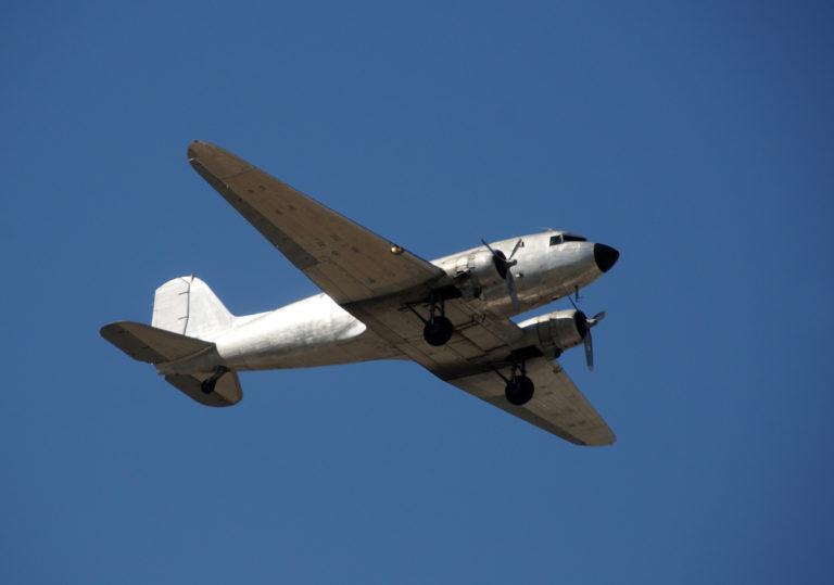 Eine Douglas DC-3 in der Luft. Bis heute sind Maschinen des Typs im Einsatz. Die Dakota ist eine Militärausführung des Typs. Foto: panthermedia.net/ icholakov01