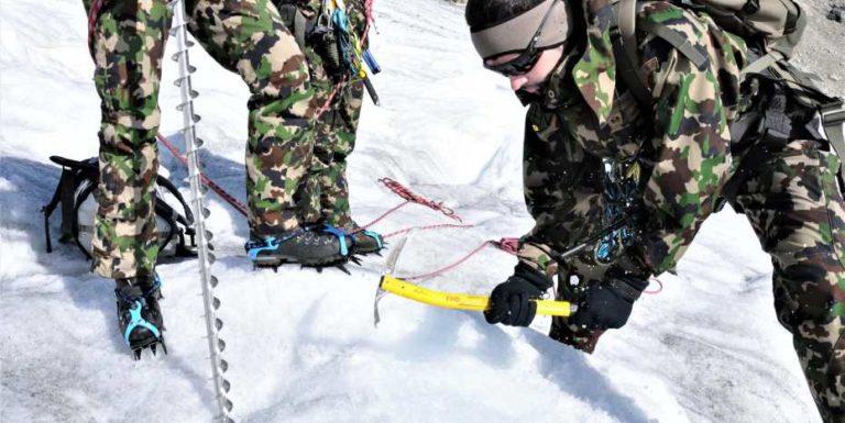 Spezialisten der Schweizer Armee an der Absturzstelle der Dakota auf dem Gauligletscher. Foto: ABC Abwehrlabor 1
