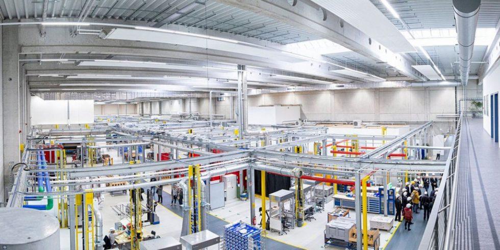 In der neuen Fertigungshalle von Siemens Energy in Berlin wird künftig in einer Kooperation an wichtigen MRO (Maintenance, Repair, Overhaul)-Themen geforscht. Foto: Siemens Energy
