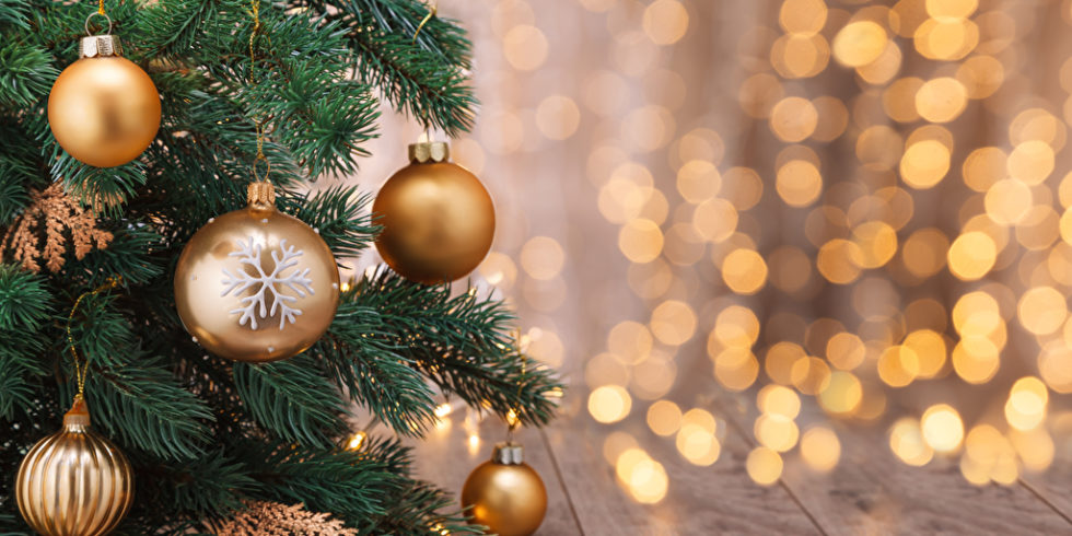 Goldene Kugeln am Weihnachtsbaum
