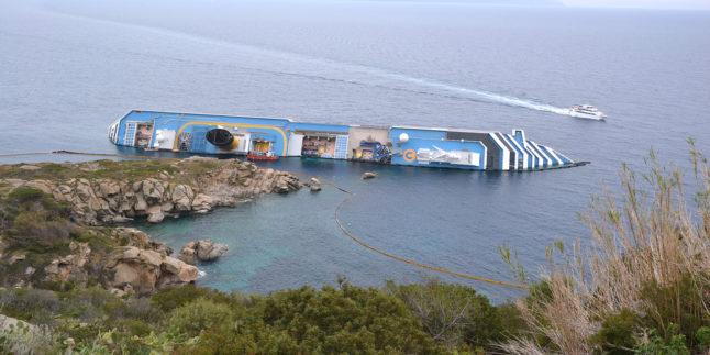 Concordia auf der Seite im Wasser