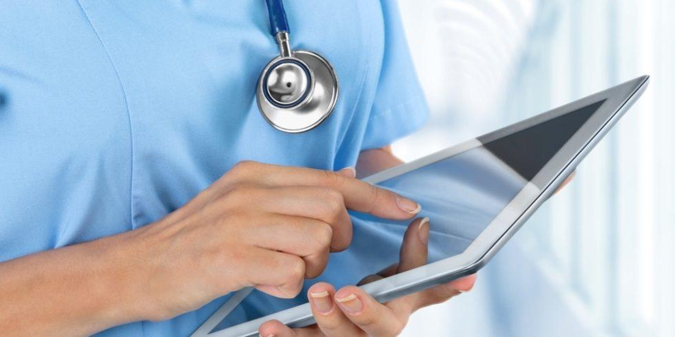 Pflegepersonal mit Tablet in der Hand