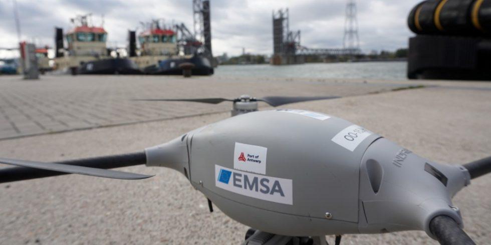 In Zusammenarbeit mit der Europäischen Agentur für die Sicherheit des Seeverkehrs (EMSA) wurde der Einsatz von Drohnen zur Unterstützung von Kontrollen sowie bei Zwischenfällen im Antwerpener Hafengebiet getestet, um sich schneller einen Überblick über die Situation verschaffen zu können. Foto: Port of Antwerp