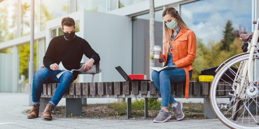 Maske aufziehen, Abstand halten, Frischluft... die Maßnahmen wirken am besten gemeinsam. Quelle: PantherMedia/ Arne Trautmann