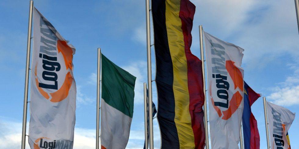Diese Fahnen werden in diesem Jahr nicht auf dem Stuttgarter Messegelände wehen: Die Fachmesse LogiMAT wurde auf März 2022 verschoben. Foto: Euroexpo