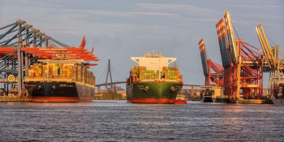 Die deutschen Nordseehäfen - wie hier der Hafen Hamburg - suchen stabile Hinterlandanbindungen. Foto: HHM / Peter Glaubitt