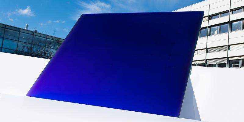 In leuchtendem Blau: Photovoltaikmodul