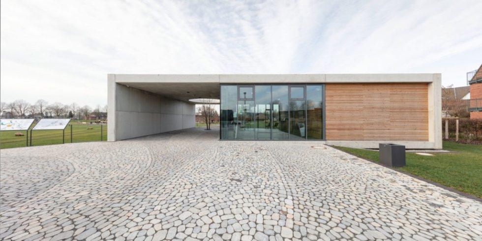 Das Empfangsgebäude des Solegartens St. Jakob ist durch die Materialkombination von Sichtbeton, Glas und Holz geprägt. Foto: Podehl Fotodesign