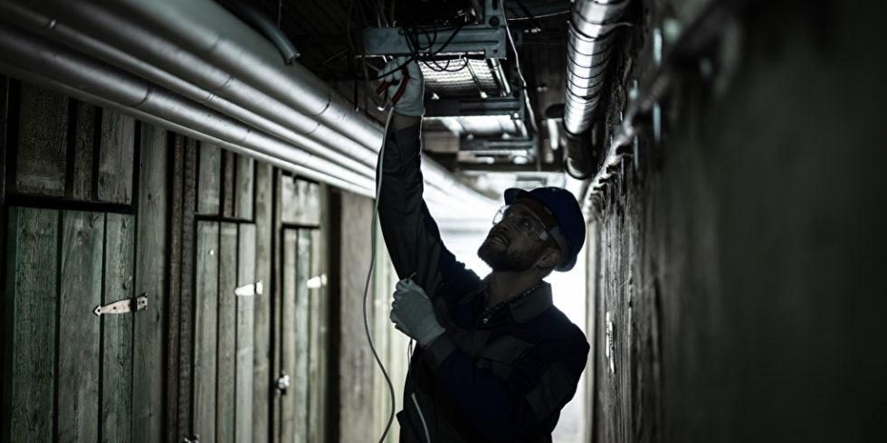 Wer sein Homeoffice im Keller einrichten möchte, sollte die Radon-Konzentration prüfen - und gegebenenfalls Rohrzuleitungen und Risse abdichten. Foto: panthermedia.net/AndreyPopov