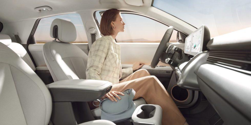 Frau am Steuer Hyundai Ioniq 5