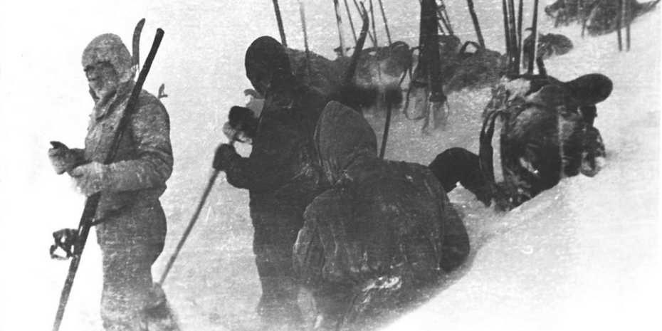 Das Bild entstand in der Nacht vor der Tragödie: Die Gruppe bereitet gerade das Zelt vor. Foto: Gedächtnisstiftung Djatlow