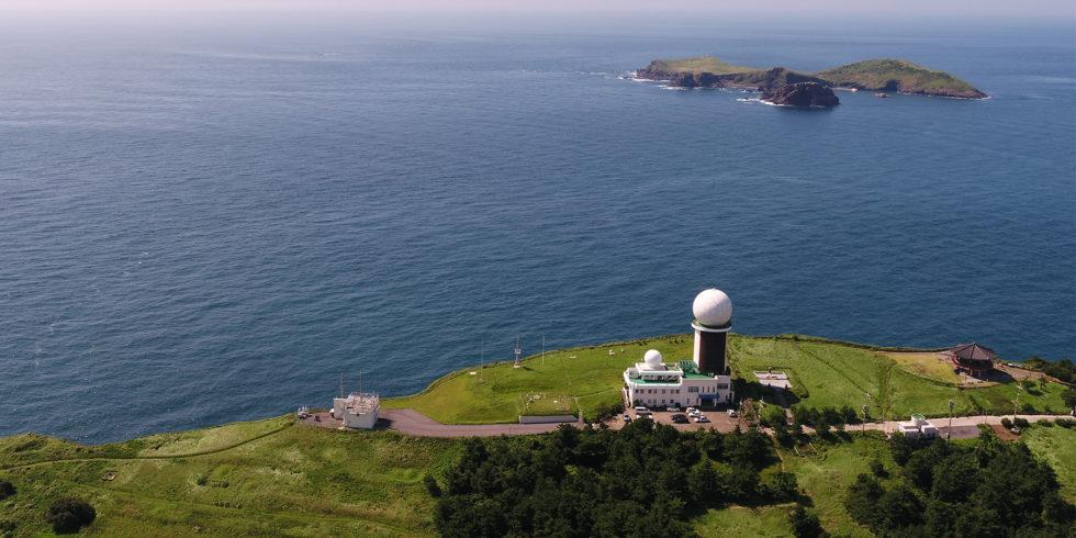 Forscher am Gosan-Observatorium, Südkorea, bestimmen stündlich Werte von mehr als 50 Spurengasen. Foto: KMA / NIMS