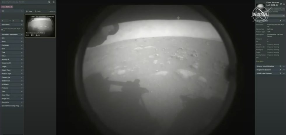 Dies ist das erste Bild, das Rover Perseverance nach der Landung vom Mars zu Erde geschickt hat. Der Helikopter, der demnächst starten soll, wird viele weitere Bilder liefern - auch in Farbe. Foto: Nasa/JPL