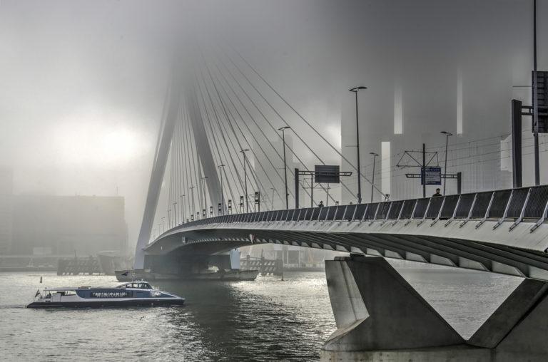 Wasserbus fährt unter Brücke