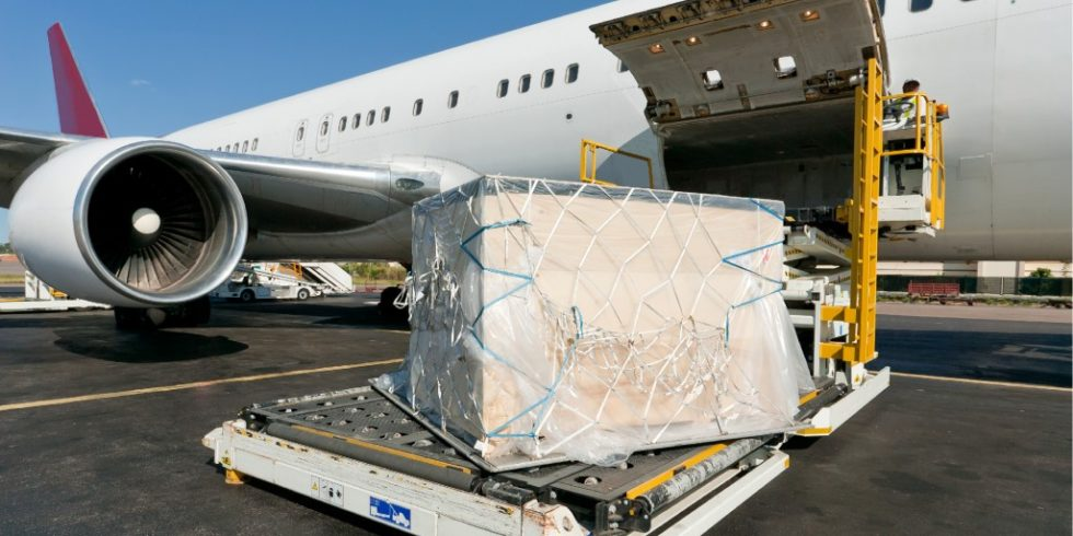 In der Luftfrachttransportkette bilden Luftfrachtabfertigungsgesellschaften das Bindeglied zwischen straßen- und flugzeuggebundenem Transport. Sie konsolidieren die aufkommende Fracht und bereiten diese auf den Weitertransport per Lkw bzw. Flugzeug vor. Foto: panthermedia.net/pierivb
