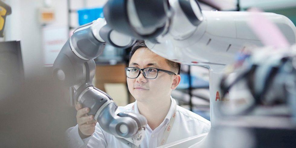 Die Integration von Arbeitsplätzen mit Mensch-Roboter-Kollaborationwächst rasant und Roboter arbeiten immer häufiger Hand-in-Hand mit Menschen zusammen - und dies sogar ganz ohne Schutzzaun. Foto: ABB