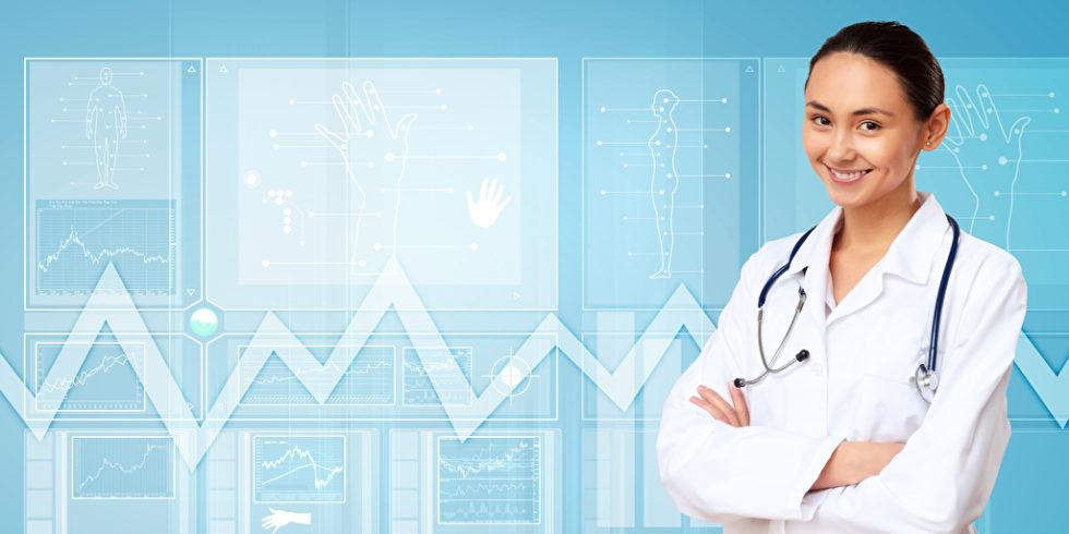 Medizinerin vor Grafik