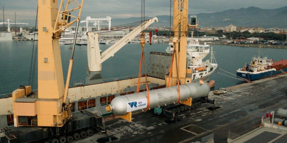Verladung der Ausrüstung auf ein Kranschiff im toskanischen Hafen. Foto: WR Group