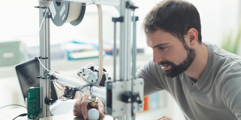 Konstrukteur mit 3D-Drucker im Labor