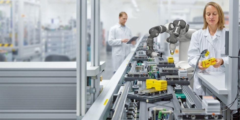 Wirkungsvolle Unterstützung für Fertigungsunternehmen: Die offene Plattform beweist, dass sich industrielle Laser, Roboter oder Prüfzellen gleichermaßen rasch in die Produktion einbinden lassen. Foto: Phoenix Contact