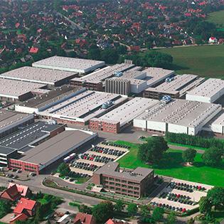 Pöppelmann KAPSTO® produziert im niedersächsischen Lohne Schutzkappen und Verschlussstopfen für einen optimalen Schutz empfindlicher Bauteile während der Fertigung, der Lagerung oder dem Transport. Foto: © Pöppelmann