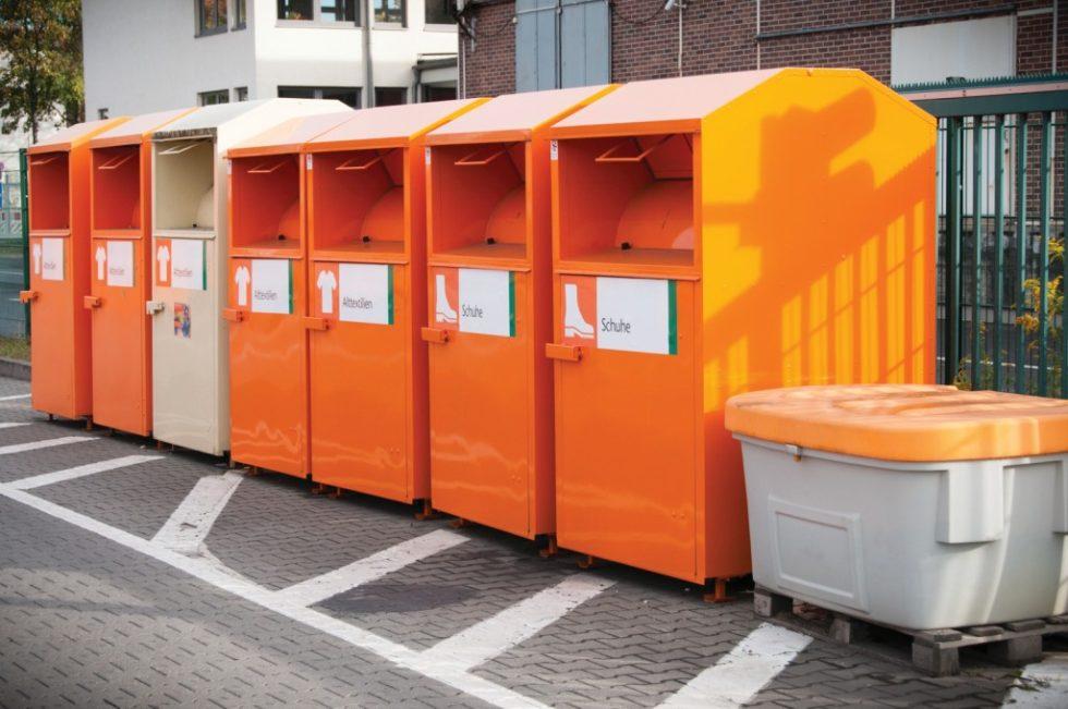 Container für alte Schuhe und Textilien in einem Recyclinghof der Berliner Stadtreinigungsbetriebe.