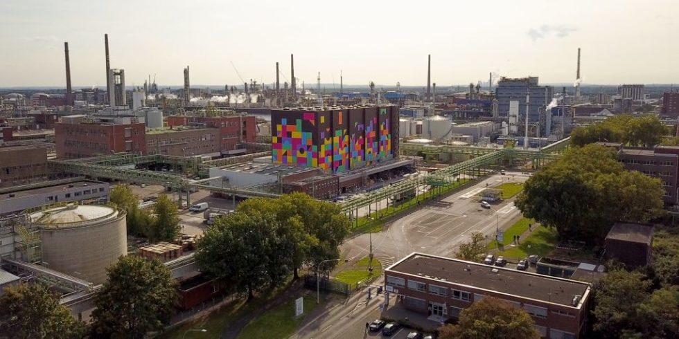 Im Werk Dormagen der Covestro AG entsteht bis 2023 die Anlage zur Speicherung grünen Wasserstoffs in einer organischen Flüssigkeit. Bild: Covestro Deutschland