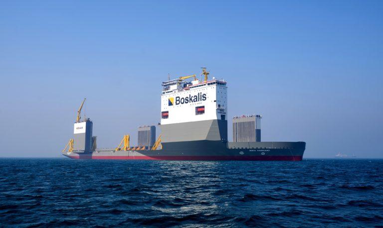 """Halbtauchschiffe und Schwimmkräne kommen bei der Bergung havarierter Schiffe zum Einsatz. An der Bergung des Containerschiffs """"Ever Given"""" werden Spezialisten der Boskalis-Tochter SMIT beteiligt sein. Fotos (2): Boskalis"""