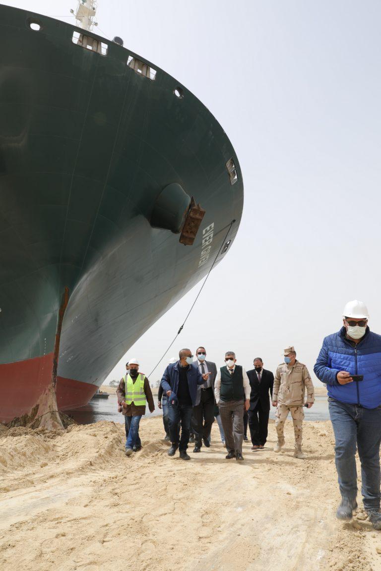 Noch ist unklar, wasnn das gigantische Containerschiff wegbewegt werden kann. Foto: Suez canal authority