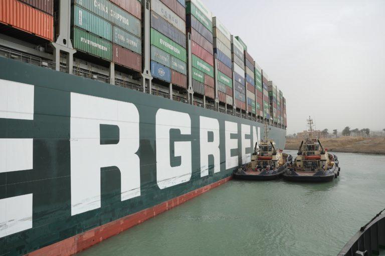 Schlepperboote konnten den Ozeanriesen nur minimal bewegen. Foto: Suez Canal authority