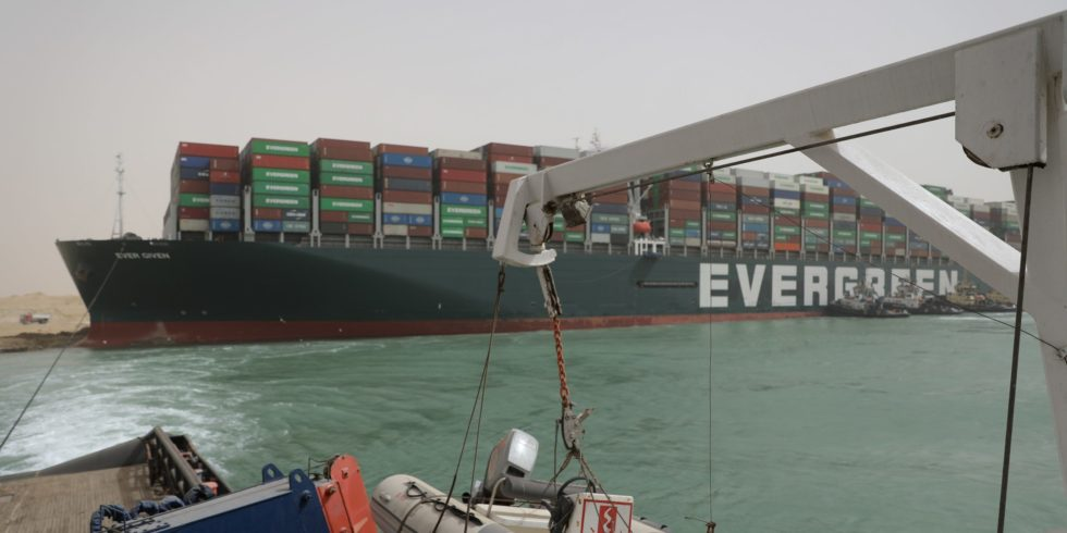 Das Containerschiff Ever Given steckt im Suezkanal fest. Foto: Suez canal authority
