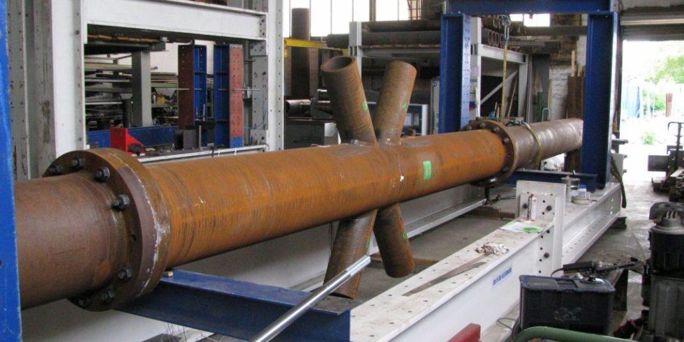 An der Hochschule München wird in einem Großbauteilversuch ein Ermüdungstest von Fachwerkbrücken aus Stahl durchgeführt.