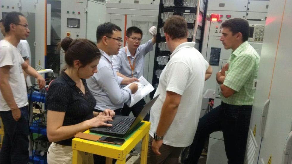 Im Juni 2018 nahmen Bernd Brennauer vom Strombetreiber AllgäuNetz (rechts außen) mit Uli Bürger (links daneben) und Elise Lebossé (vorne) von Smart Power für die Allgäuer Überlandwerke die Batteriemodule der Firma Sungrow Samsung SDI in Hefei bei Shanghai ab.