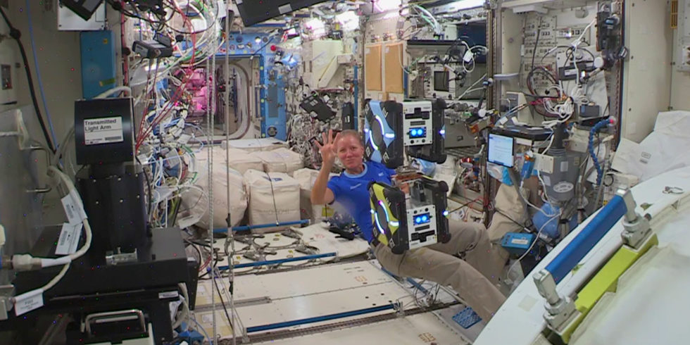US-Astronautin Shannon Walker beim zweiten Andock-Experiment mit Astrobees auf der ISS. Foto: IRAS/TU Braunschweig