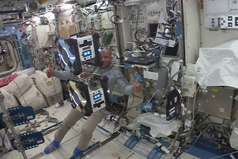 US-Astronaut Victor Glover beim erfolgreichen Andocken von zwei Astrobees auf der ISS. Foto: IRAS/TU Braunschweig