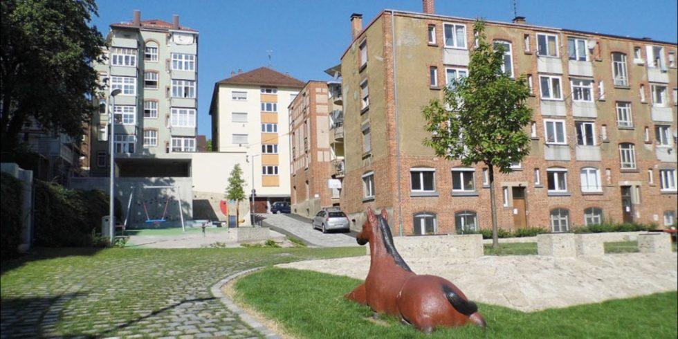 """Im Stuttgarter Westen wurde ein neuer Innenbereich mit Bäumen, Grünfläche und """"Rössle"""" geschaffen, um das Stadtklima zu verbessern.  Foto: Landeshauptstadt Stuttgart, Amt für Umweltschutz, Stadtklimatologie"""
