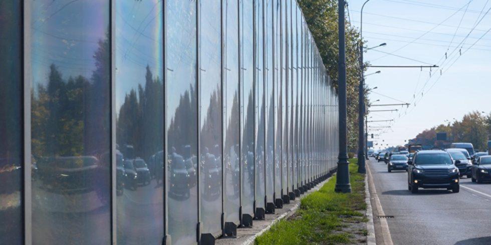 Verkehrslärm kann duch Lärmschutzmaßnahmen wie z.B. diese Lärmschutzwand verhindert werden. Foto: PantherMedia/wastesoul